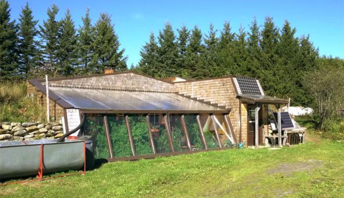 Off-grid-earthship-13-696x525
