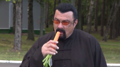 Steven-Seagal-eating-a-carrot-400x225